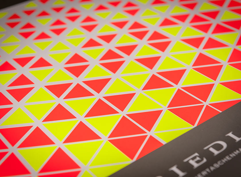 Printed paper carrier bag with neon daylight lacquer
